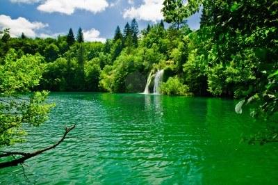 Psaume 1.3 dans Louange 9696547-un-lac-paisible-et-la-cascade-de-plitvice-en-croatie1